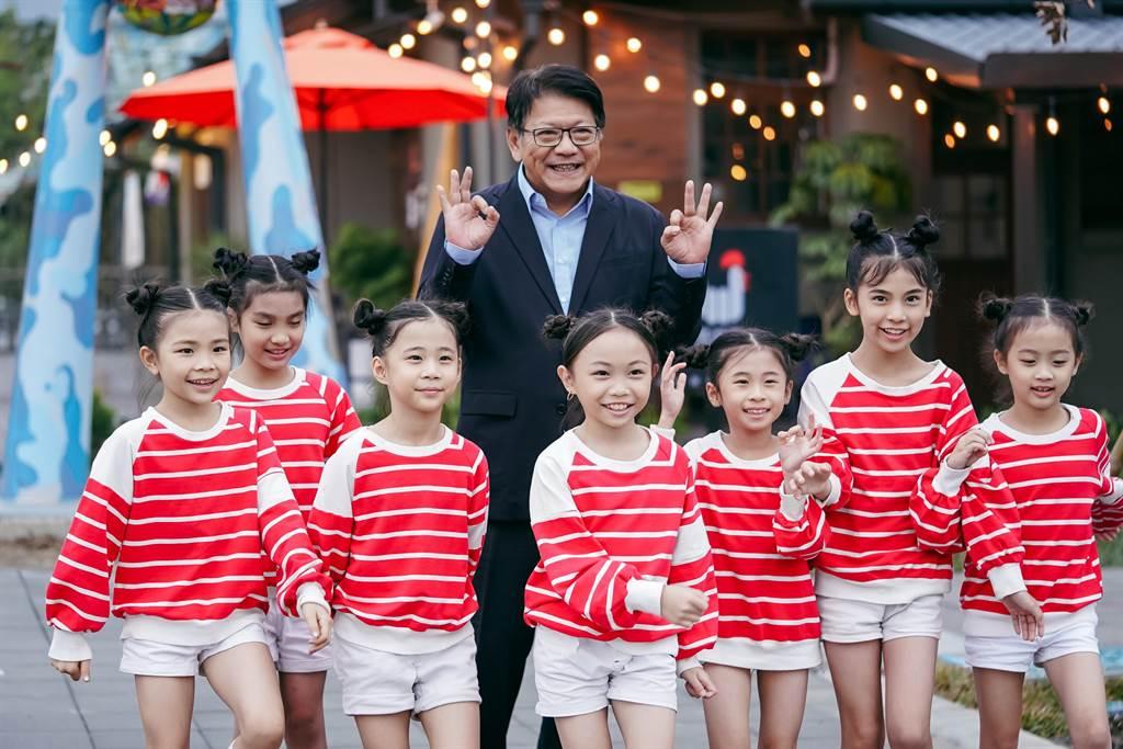 「Sunny Sunny」MV邀請到屏東縣長潘孟安特別客串演出,展現屏東城市美學,歡迎國人感受「屏東,總是多一度」的獨特美景與人情味。