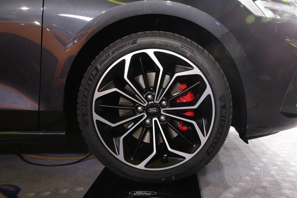 MICHELIN PILOT SPORT 4S在汽車玩家間素有米其林街胎之王的美稱,獨特的「進化晴雨雙配方」設計,不論是乾燥路面或是濕滑路況,都能讓車輛在令人激賞不已的乾地頂尖抓地力之外,仍然保有安全至上的排水性與制動能力。