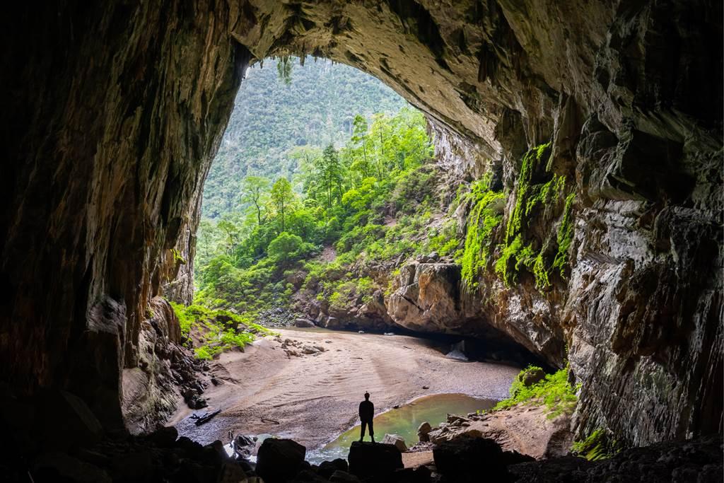 貴州遵義市一家5代住在山洞裡,靠著養家畜與釀酒為生,與世隔絕100多年讓眾人很驚訝。(示意圖/達志影像)