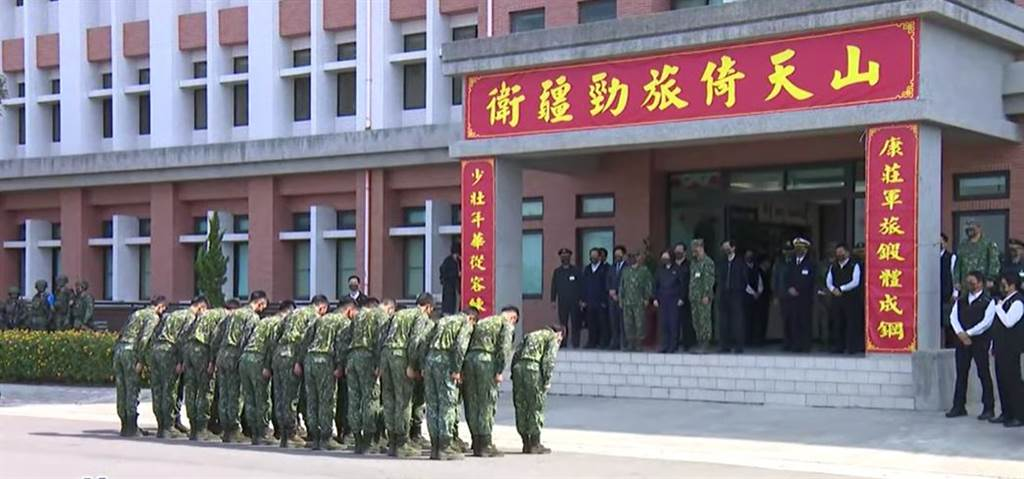 Re: [新聞] 軍人向蔡總統鞠躬 遭批「不會敬禮 就會