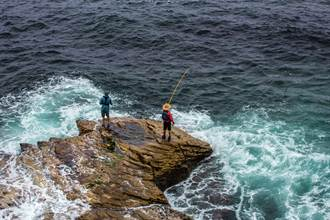 神救援!日本釣友海邊奇蹟釣起落海男子