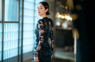 馬伊琍鏤空蕾絲長裙秀出好身材 中分油頭精緻幹練