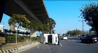 疑視線死角 女駕小貨車遭迴轉車碰撞翻覆