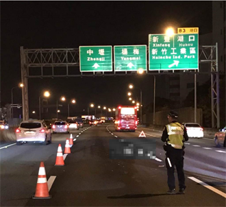 國1離奇車禍 機車闖南下車道摔車 婦人衝北上車道遭撞死