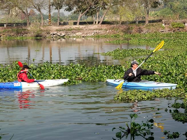 中正大學犯防系教授林明傑(右)發起頂員林埤布袋蓮整理與獨木舟體驗活動,透過網路號召大學生,將水中大量的布袋蓮打撈上岸。(中正大學提供/張亦惠嘉縣傳真)