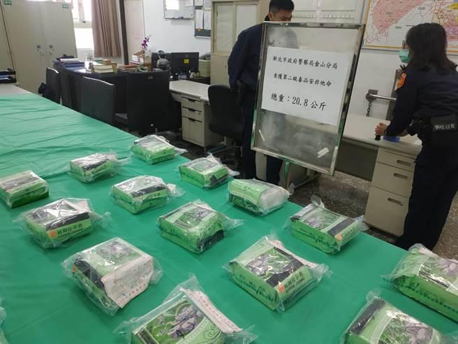 有20包重達20.8公斤毒品1個月後順著洋流漂流至新北市萬里區漁澳路岸邊,金山警分局日前借提3嫌,嫌犯坦承確定為同一批毒品。(金山警分局提供)