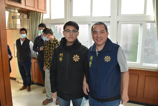 甫升任刑事小队长的邱宏达(右)与爱子邱柏澄联手破获枪械案。(谢明俊摄)