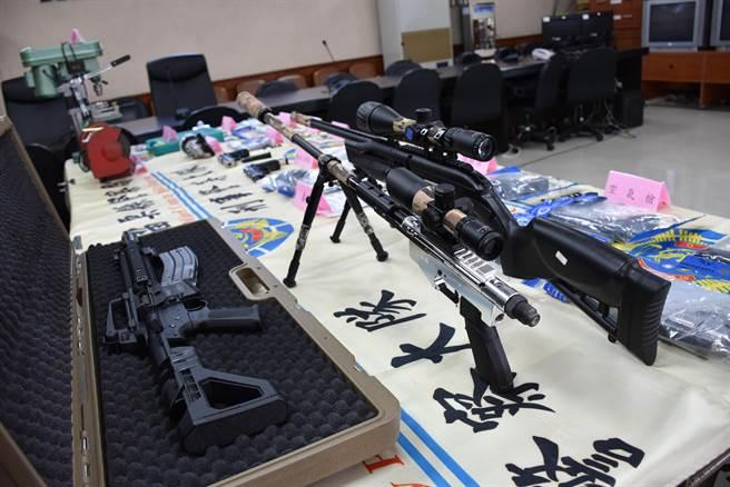 邱宏达、邱柏澄父子联手破获枪械案。(谢明俊摄)