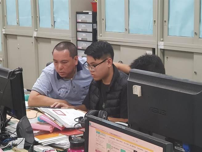 邱宏达、邱柏澄父子联手办案共同研究案情。(读者提供/谢明俊苗栗传真)