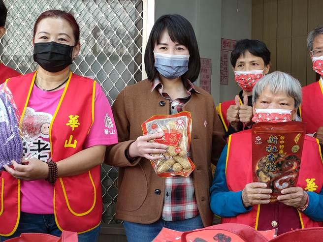 4日國民黨籍立委謝衣鳳(中),親自將滿滿的愛心送到華山基金會北斗站,除了捐出300份每份700元的愛心年菜外,還買了150箱的泡麵。(吳建輝攝)