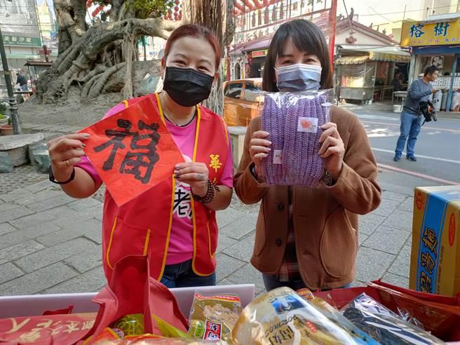 華山愛心年菜相當用心,除了美食之外,還有志工親手織的圍巾、保暖的襪子、帽子等等,讓獨居長輩都能溫暖過新年。(吳建輝攝)
