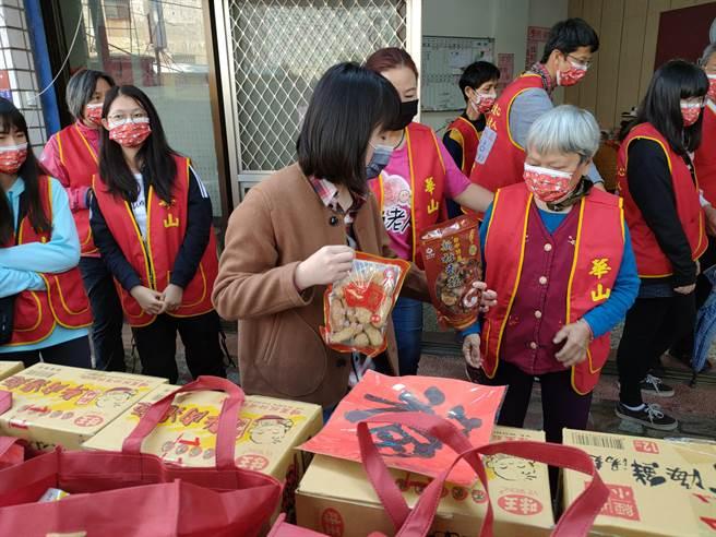 謝言信謝林玉鶯文教基金會長期關懷華山,除了每年年菜捐助外,過去也捐贈過3部公務車、長輩的輔具輪椅等等。(吳建輝攝)