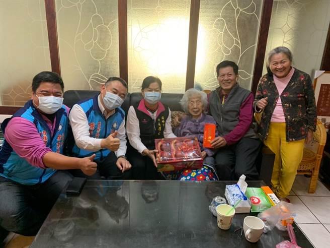 头份市长罗雪珠4日上午探视百岁人瑞并致赠春节敬老礼金。(头份市公所提供/谢明俊苗栗传真)