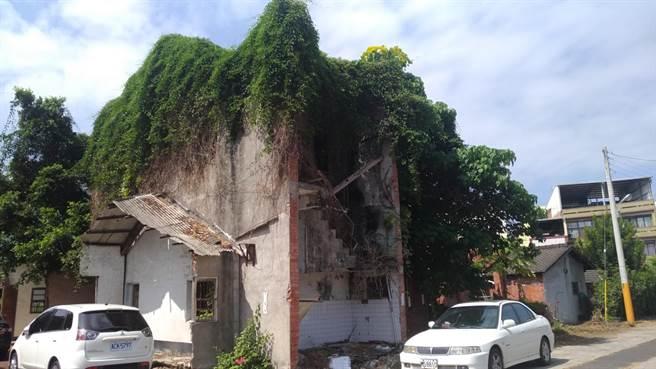人去樓空廢棄將近20年的老宅院,布滿雜草垃圾。(田春蓮提供)