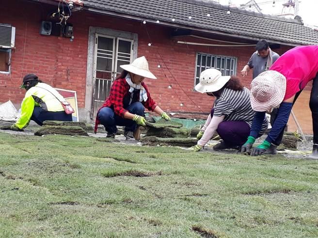社區志工們一起幫忙,從環境整潔開始,包括草地、地磚、舞台搭建,牆面粉刷,看得到的所有東西,都是志工伙伴們,一點一滴所打造出來的。(田春蓮提供)