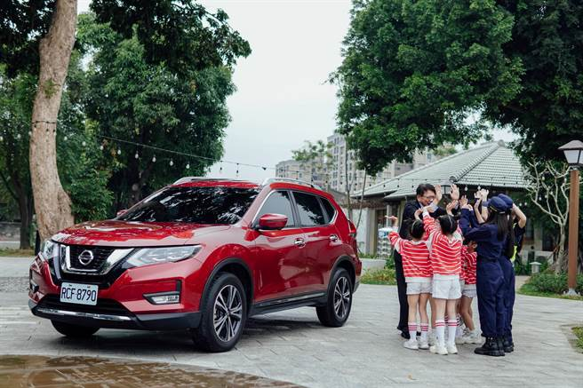 裕隆日產汽車關懷年長者交通安全,與屏東縣政府一同合作。(裕日提供)