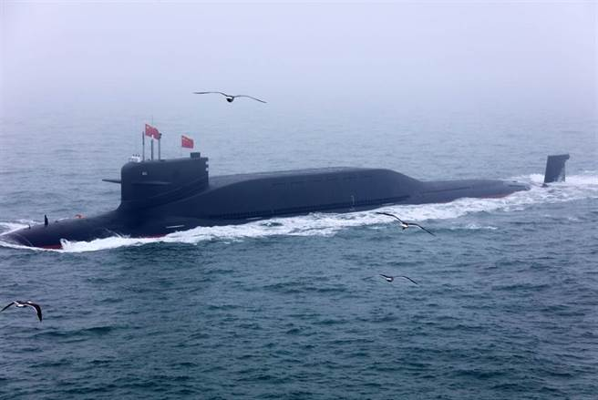 中國核潛艦都在渤海造船廠打造,圖為解放軍新型戰略核潛艦4月23日在青島附近海域,參加海軍成立70周年海上閱兵的畫面。(中新社)