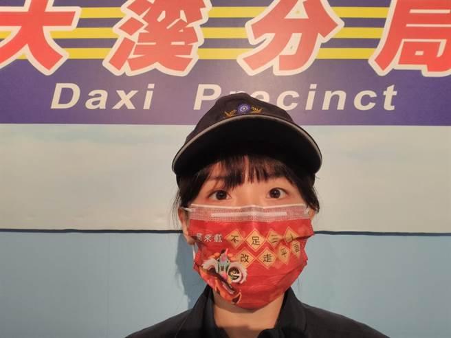 交通標語印上口罩員警防疫值勤免交談。(警方提供/呂筱蟬桃園傳真)