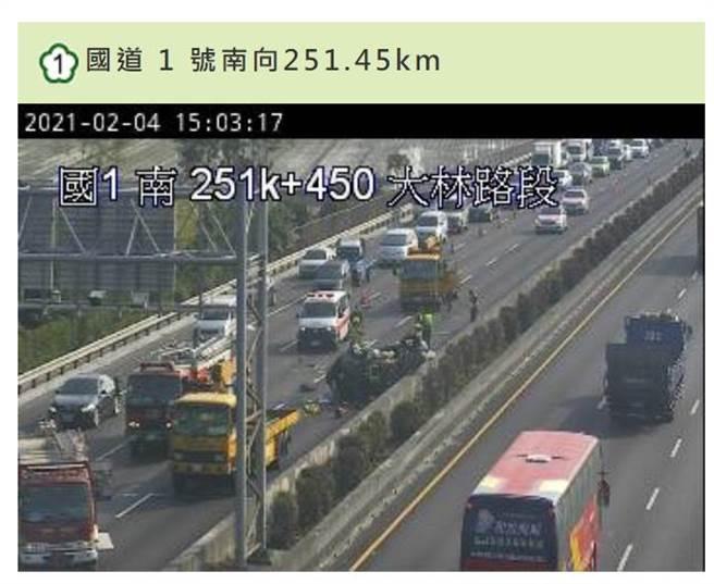 国道1号大林段下午发生一起自小客车翻覆车祸。(翻摄照片/张亦惠嘉县传真)