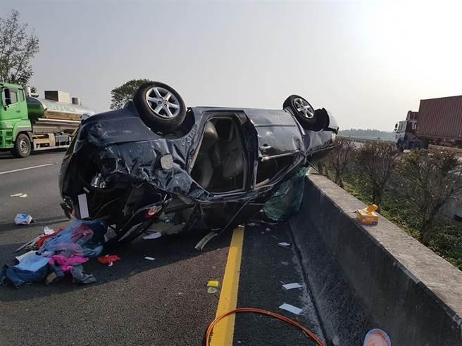 国道1号大林段今天下午发生一起自小客车翻覆车祸。(翻摄照片/张亦惠嘉县传真)