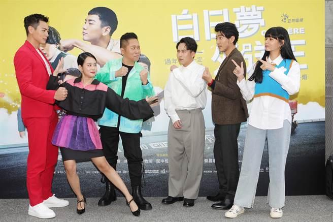 公视贺岁喜剧《白日梦外送王》首映记者会 左起演员禾浩辰、孔令元、卜学亮对抗反派演员巫建和、曾少宗、郭源元。(公视提供)