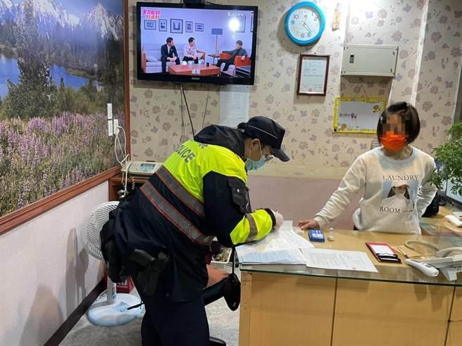 新北市新店警分局配合2021年第1次「全国扫黑行动」,3日晚间9时起至凌晨1时执行扩大临检勤务。(新店警分局提供)
