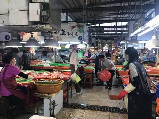 疫情未平,但年還是要過,東港華僑市場4日一早陸續出現採辦年貨人潮。(謝佳潾攝)