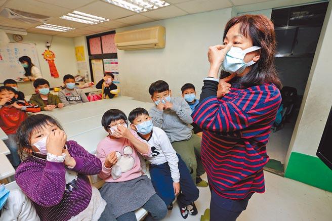教育部日前宣布高中職以下學校延後至2月22日開學,但安親班、補習班則不需停課;坊間安親班實施入班後全程佩戴口罩,確實做好防疫工作。(本報資料照片)