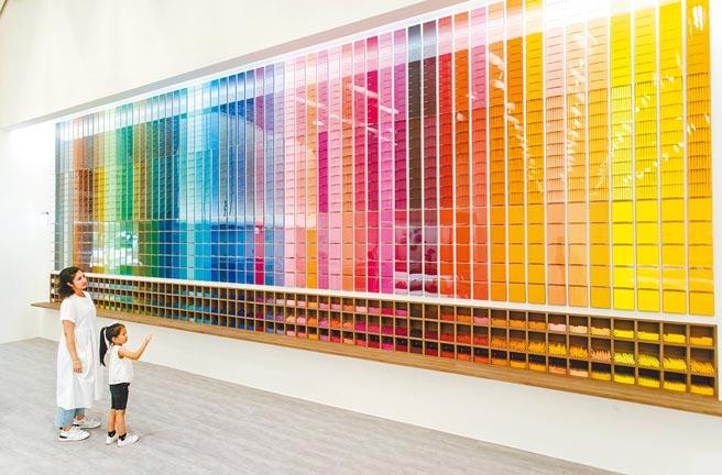 雄獅文具「想像力製造所」觀光工廠60色色彩牆是文青網美朝聖地。(桃園市新聞處提供/楊宗灝桃園傳真)