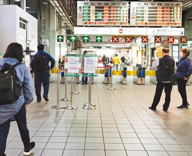 桃園市交通局呼籲民眾進入場站搭乘大眾運具,務必戴口罩做好防疫措施。(楊宗灝攝)
