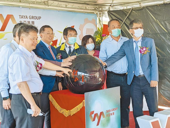 上市公司大亞集團投資綠能事業,在台南市學甲區建置76MW的地面型太陽能光電廠,3日舉辦啟用典禮,未來平均每年可發電9000萬度。(莊曜聰攝)