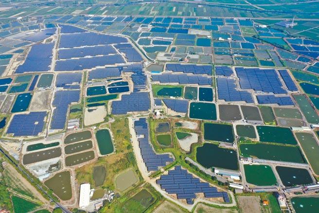 台南陽光電城2.0計畫在2019年啟動,加速屋頂型及地面型太陽能光電設置,原訂2022年完成的2GW目標,提前在去年底達成,成為全台備案量第一。(台南市政府提供/莊曜聰台南傳真)