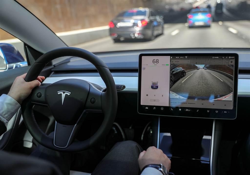 網路上對特斯拉電動車的功能上抱怨比較多的是在電子控制系統失靈方面,例如觸控營幕、自動輔助駕駛、周邊影像監控,其次是電池充電與加速失控等問題。(圖/路透)