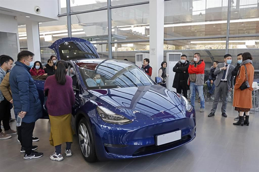 特斯拉最近在大陸發表新車Model Y,因降價政策引爆人氣,10小時內收到10萬輛訂單。(圖/微博)
