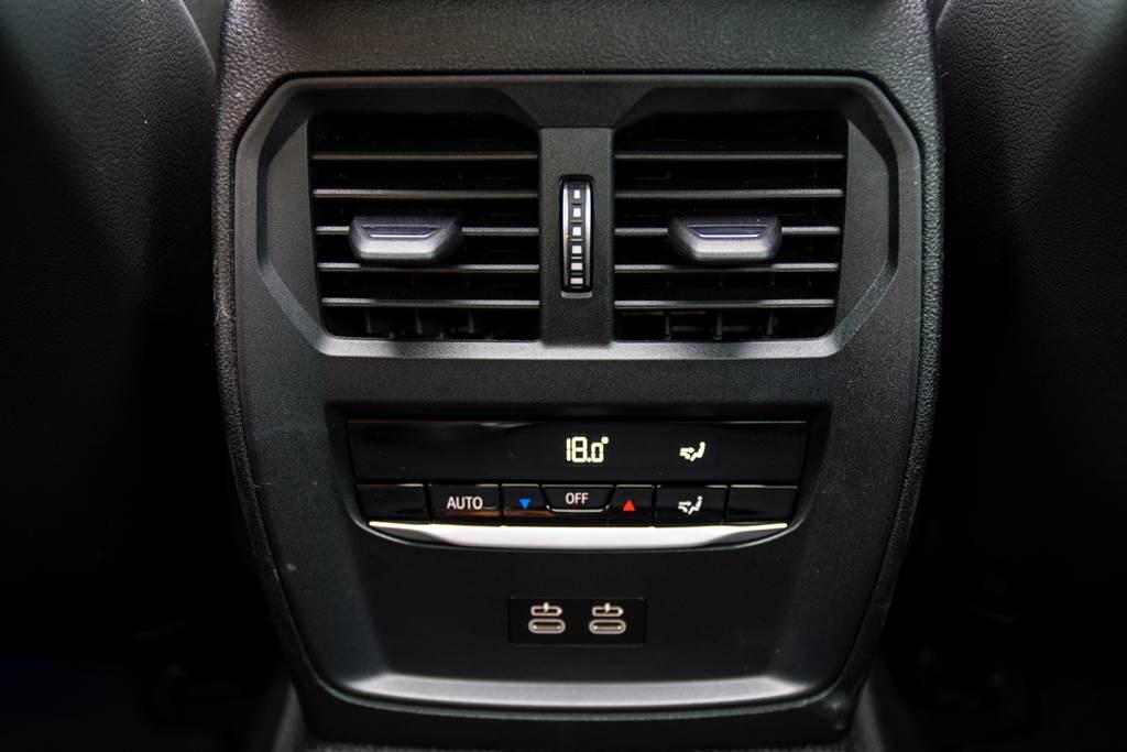 不僅後座空間實用,BMW也為後座乘客提供獨立空調以及兩組USB-C可使用。(陳彥文攝)