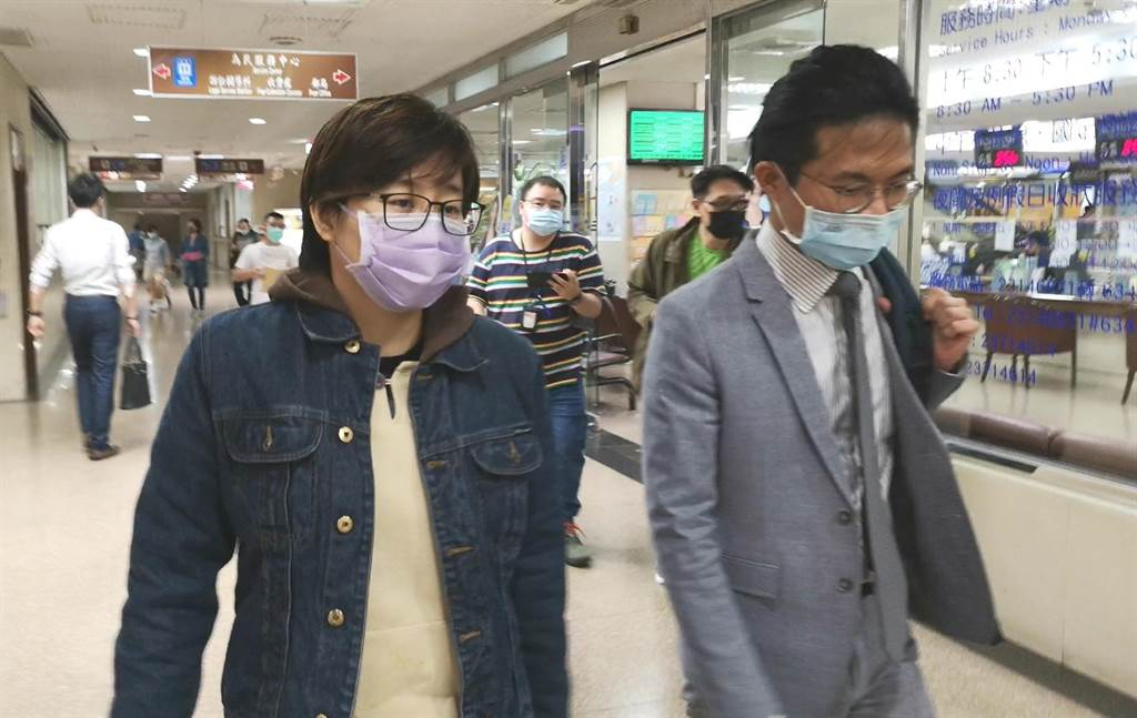 楊蕙如(左)今赴台北地院開庭,承認提供「反統義勇軍」等群組的小朋友們打工機會,但強調與關西機場事件無關。(黃捷攝)