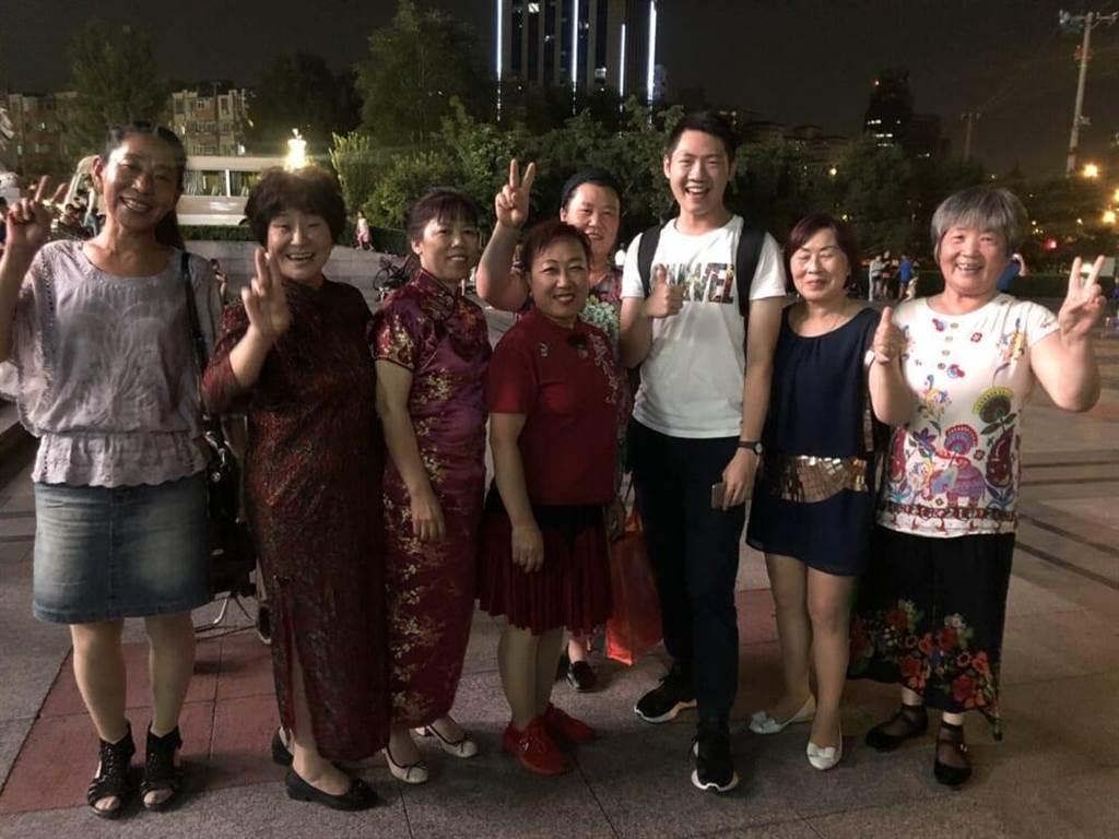 王遵銘與練習廣場舞的女性們。(王遵銘提供)