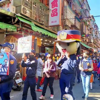 中和警大頭娃娃遊街宣導 強化春安犯罪預防觀念