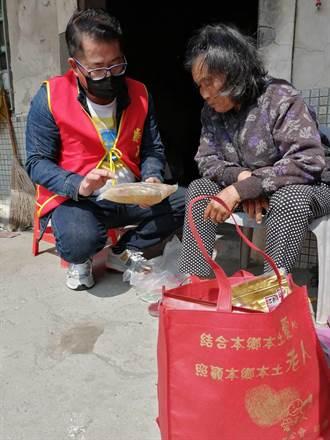 服裝設計大師林國基幫華山送年菜給獨居老人