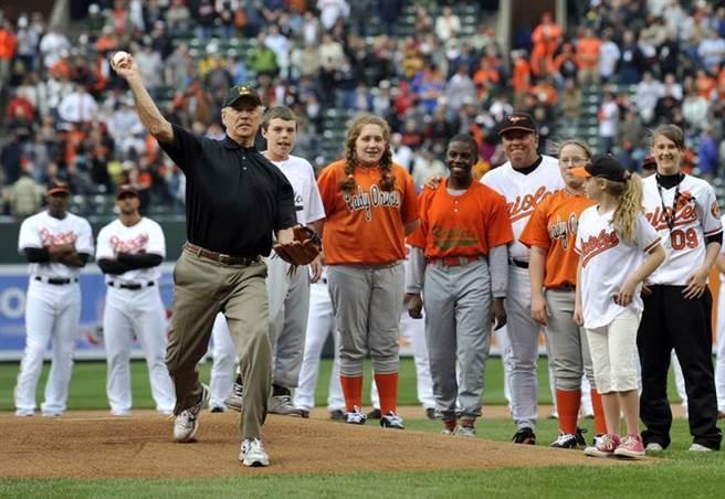 美國總統拜登在2009年以副總統身分受邀幫金鶯隊開球。(美聯社資料照)
