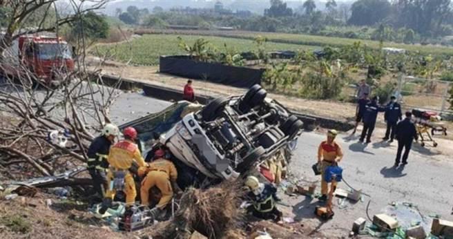嘉义庐山桥附近上午发生一辆满载瓶装水货车翻覆意外,警消赶紧将受困的两人救出。(图/翻摄画面)