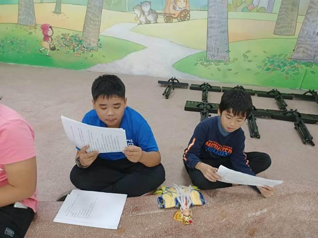 興華國小的孩子,每周一上午利用社團時間,練習劇本、操偶等技巧。(吳建輝攝)