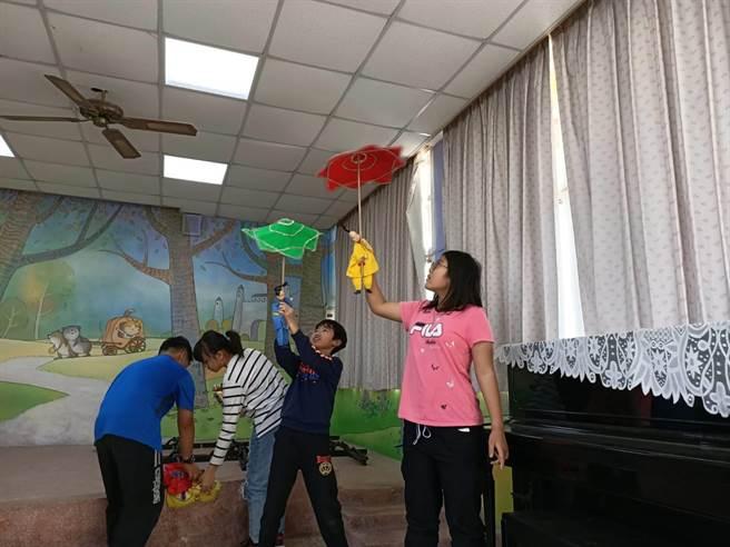 除了基礎的布袋戲偶操作,甚至還要學雜耍特技。(吳建輝攝)