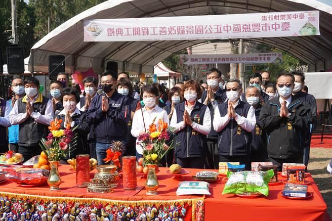 台中市豐原中正公園舉行開工典禮,台中市長盧秀燕(前排中)等人焚香祝禱工程順利。(王文吉攝)