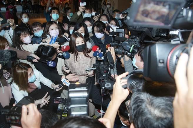 雞排妹一現身,引來媒體追訪,但她閉口不答。(圖/吳松翰攝)