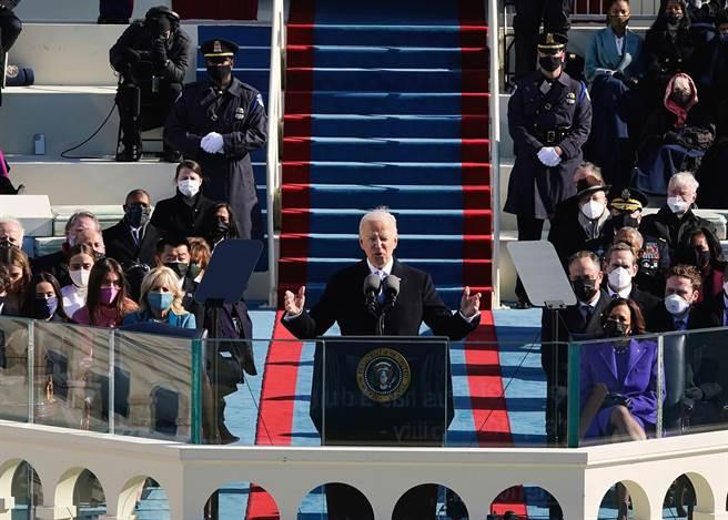 在世人摒息戒備下,美東時間1月20日的11:48,拜登順利宣誓成為美國第46任總統。(圖/shutterstock提供)
