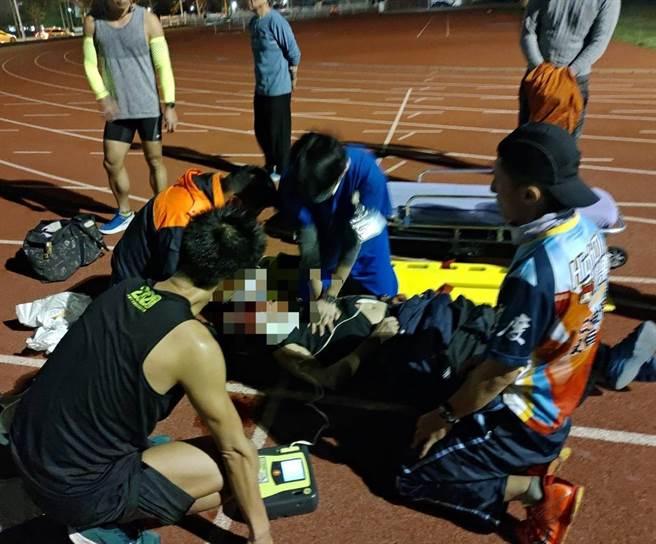 62歲陳先生突然倒地,心跳停止,同在運動場的跑友緊急實施CPR心肺復甦術。(童綜合醫院提供/王文吉台中傳真)