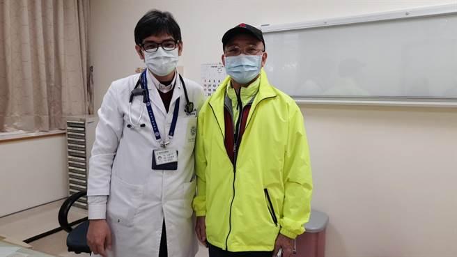 跑步猝死又重生的陳姓患者(右)回診時與心臟內科劉誌宗醫師(左)合影。(童綜合醫院提供/王文吉台中傳真)