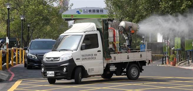 1輛台南市政府支援的消毒車,下午前往桃園醫院外圍,執行消毒作業。(范揚光攝)