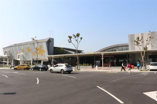 苗栗火車站東西站及周邊環境再造工程,改善舊站體成為新的商業活動場域,並整合東西站交通動線及周邊景觀,讓苗栗的門面煥然一新。(巫靜婷攝)